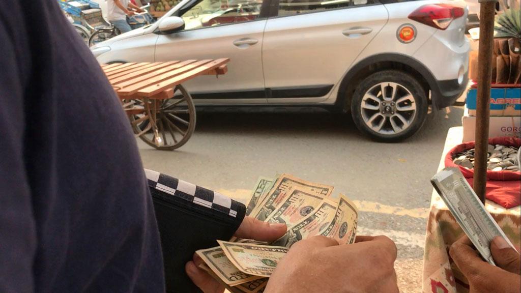 Сборы в поход в базовый лагерь Эвереста. Покупка долларов в Индии